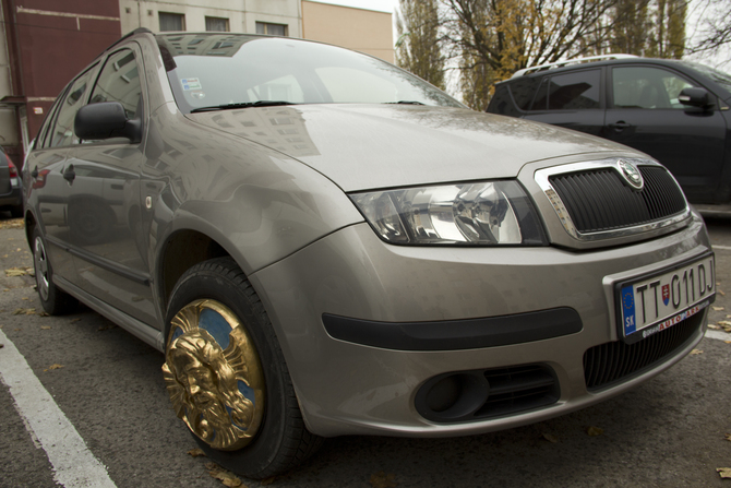"""Patriot"", hubcap on the car, polyester, gold and blue color, 2010"